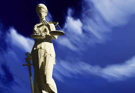 防衛: 剣とスケールの女性の正義の女神の彫刻