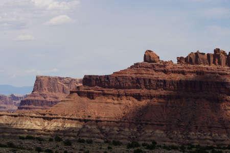 towering: Monta�as de rock towering over el desierto estadounidense.
