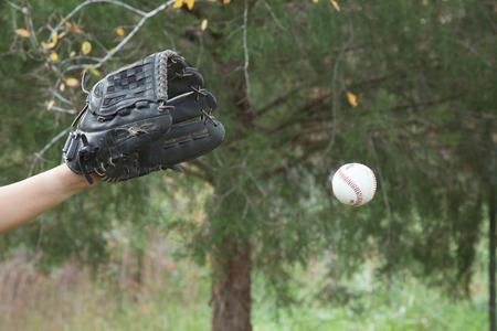 guante de beisbol: Una vista de un guante de b�isbol preparado para atrapar una pelota de b�isbol. Foto de archivo