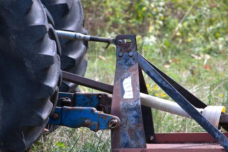 bush hog: La rueda de una podadora de arbustos en la hierba. Foto de archivo