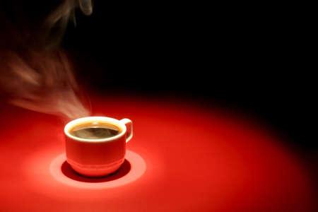Tasse de caf� rouge sur fond noir  Banque d'images
