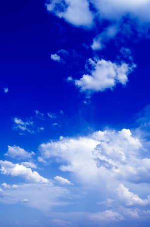 El cielo azul y las nubes blancas. Foto de archivo