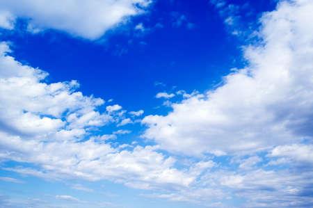 precipitacion: Cielo azul con nubes blancas