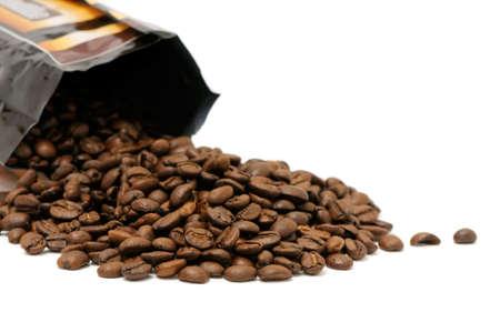 grains of coffee: Granos del caf� aislados en un fondo blanco. Foto de archivo