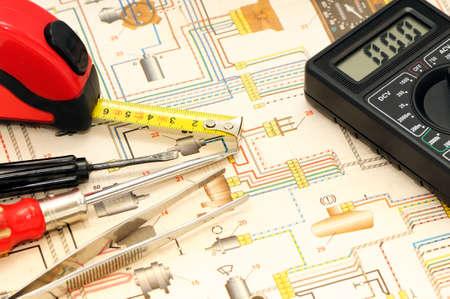 circuitos electricos: Herramientas sobre un fondo del sistema el�ctrico  Foto de archivo