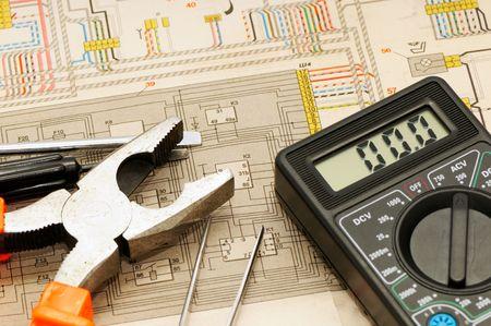circuito electrico: Herramientas sobre un fondo del sistema el�ctrico  Foto de archivo