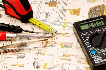 electrical circuit: Strumenti su uno sfondo dello schema elettrico  Archivio Fotografico