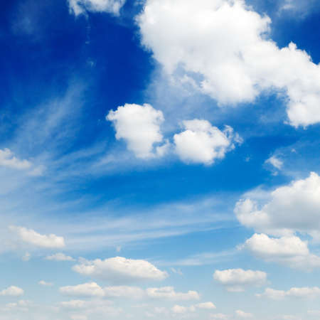 precipitaci�n: nubes sobre un fondo de cielo azul