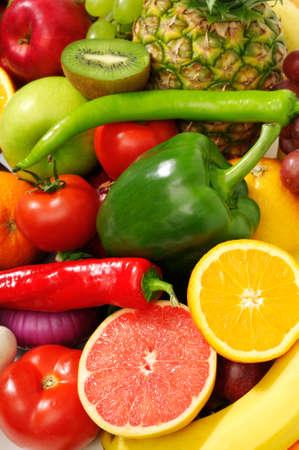 las frutas y hortalizas frescas aisladas sobre fondo blanco