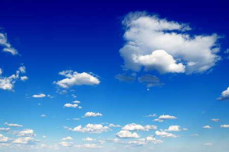 cumulus cloud: birichino nuvole bianche nel cielo blu