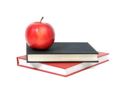 manzana roja en un libro aislado en blanco