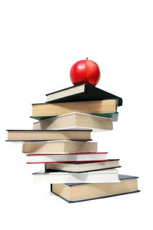 manzana roja en un libro aislado en blanco                                     Foto de archivo