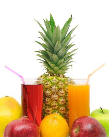 tomando jugo: Vidrio con jugo y frutas aislados en un fondo blanco
