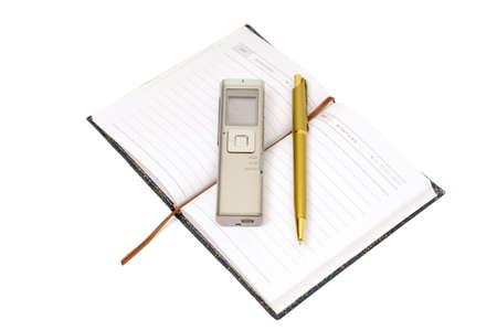 dictating: Dictaphone, Bloc de notas y ballpen sobre fondo blanco