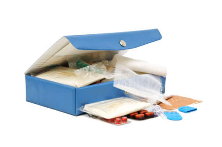 kit de primeros auxilios, aislado en un blanco  Foto de archivo