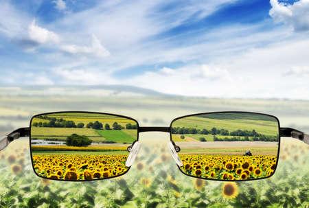 jasny: Okulary słoneczne. Koncepcja - okulary dla wizji słabej. Zdjęcie Seryjne