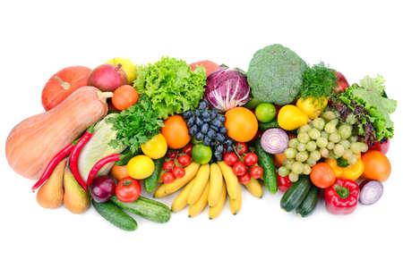 verduras verdes: frutas y verduras frescas aisladas sobre fondo blanco