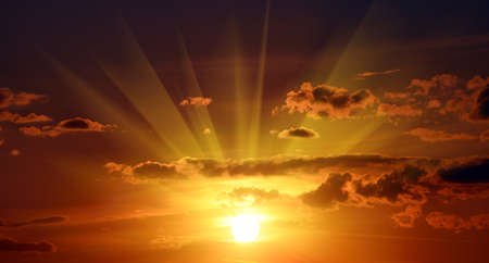 rayos de sol: Hermosa puesta de sol rojo en el cielo Foto de archivo