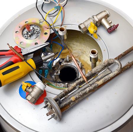 維修熱水器被隔絕在白色