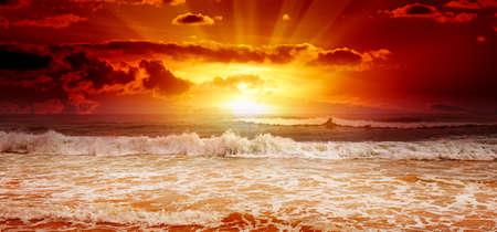 landschap: Prachtige zonsondergang boven de zee