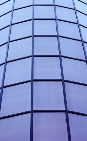 blackout: ronde gevel van het kantoorgebouw met plaat black-out bril