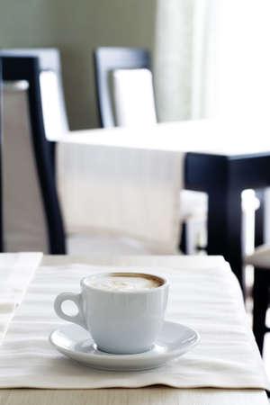 afternoon cafe: Blanco taza de caf� en caf� vac�a en medio del d�a Foto de archivo