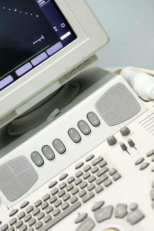 medico computer: tastiera e monitor di dispositivo moderno ad ultrasuoni medica come sfondo Archivio Fotografico