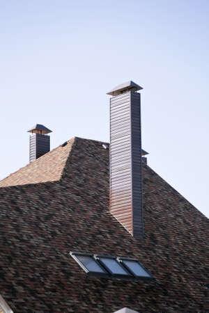 shingles: Techo y el tubo de un edificio de apartamentos moderno en el asentamiento suburbano