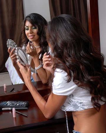 mujer maquillandose: mujer la aplicaci�n de maquillaje