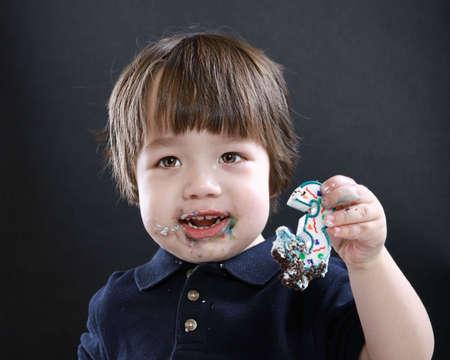niños comiendo pastel Foto de archivo - 4625668