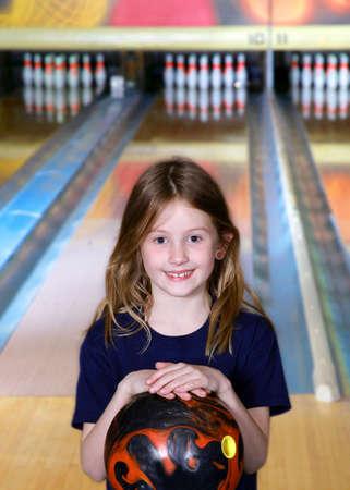 boliche: girl bowler