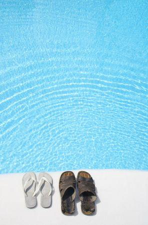 feat: Dos pares de zapatos por un brillante piscina