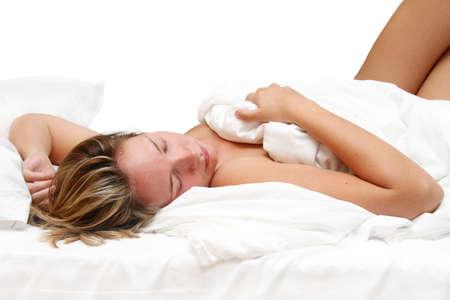 white linen: Mujer dormida en la cama con s�banas blancas