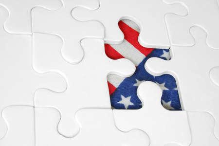 missing piece: Rompecabezas con la bandera americana que demuestra a trav�s de pedazo que falta Foto de archivo