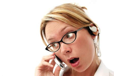 hands free: Mujer con kit manos libres del tel�fono y sorprendido expresi�n