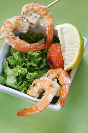 lemon wedge: Prawns with salad and tomatoes and a lemon wedge Stock Photo