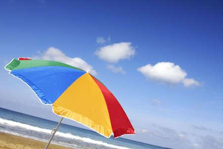 jaunty: Parasol arco iris de colores en un �ngulo con jaunty atractivo cielo