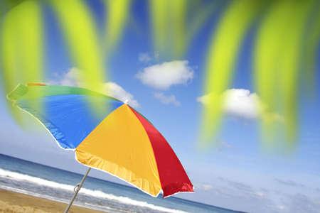 jaunty: El arco iris colore� el parasol a un �ngulo vivaz con el cielo atractivo Foto de archivo