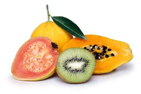 guayaba: Saludables surtido de frutas con papaya kiwi guayaba y naranja Foto de archivo