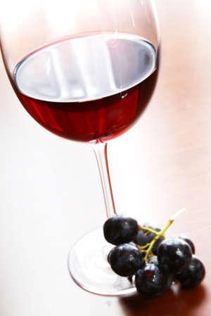 Vino tinto en vaso con uvas desde arriba  Foto de archivo - 932557