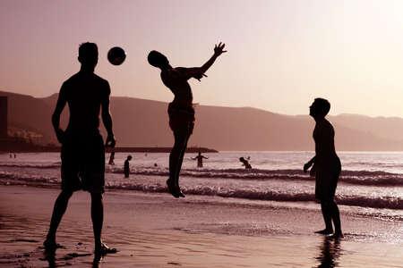 jugando futbol: Grupo de ni�os jugando f�tbol en la playa