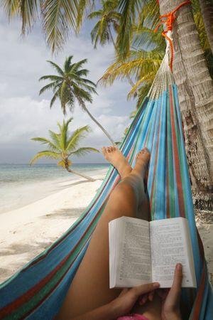 beach babe: Donna lettura in un'amaca tropicali su una spiaggia Archivio Fotografico