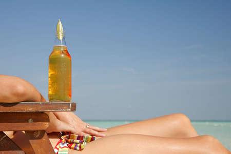 sombrero de charro: Cerveza y la mujer en la playa Foto de archivo
