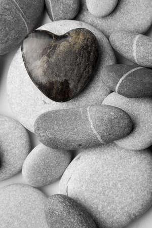 beach shingle: Un cuore unico a forma di ghiaia su una spiaggia di ghiaia