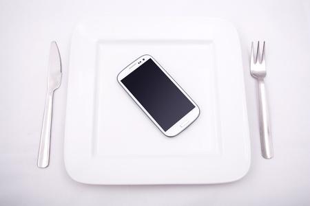 programm: Uno Smartphone servita su un piatto.