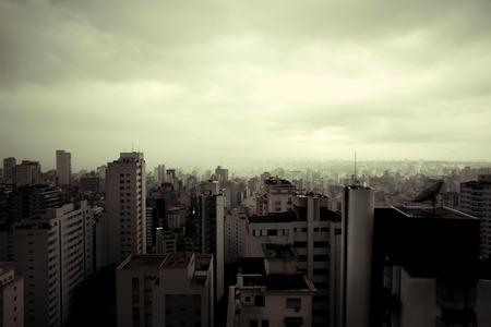 amerique du sud: Pollution sur Sao Paulo, au Br�sil, en Am�rique du Sud. Image de style r�tro. Banque d'images