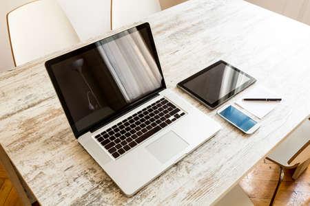 tableta: Přenosný počítač, Tablet PC a Smartphone na ploše.