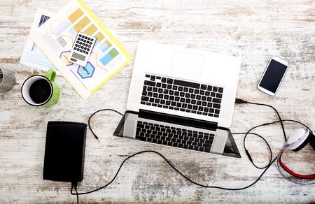 trabajando en casa: Una configuraci�n de la oficina en casa moderna en una tabla de madera. Foto de archivo