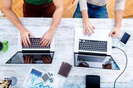 trabajo en la oficina: Dos compa�eros de trabajo asociarse y trabajar juntos.