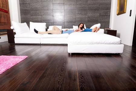pareja durmiendo: Una joven pareja durmiendo y descansando en el sof� en casa. Foto de archivo